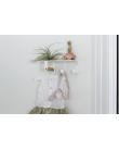 Etagère avec cintres pour bébé