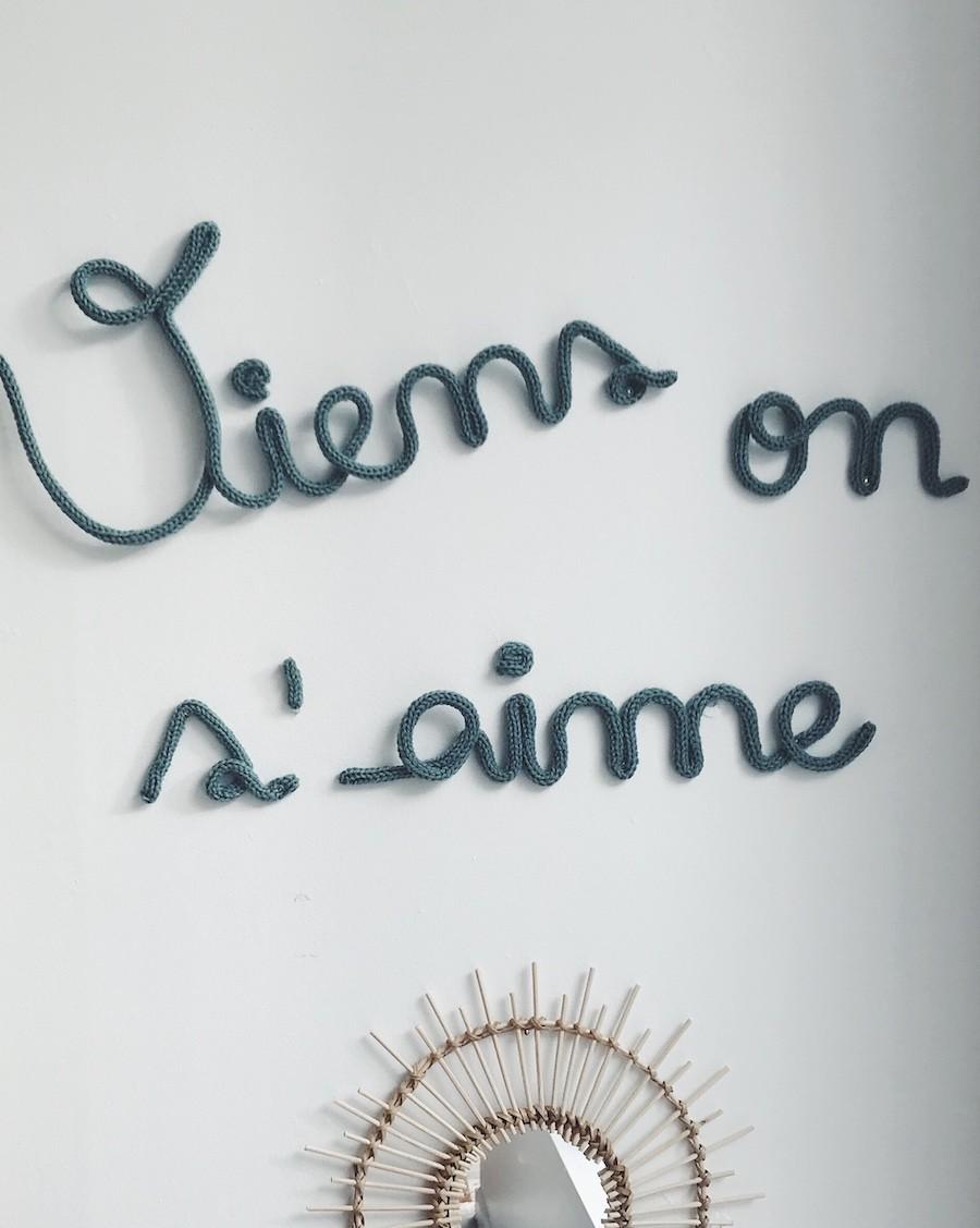 Viens on s'aime - Décoration murale en tricotin | Charlie & June | MyloWonders